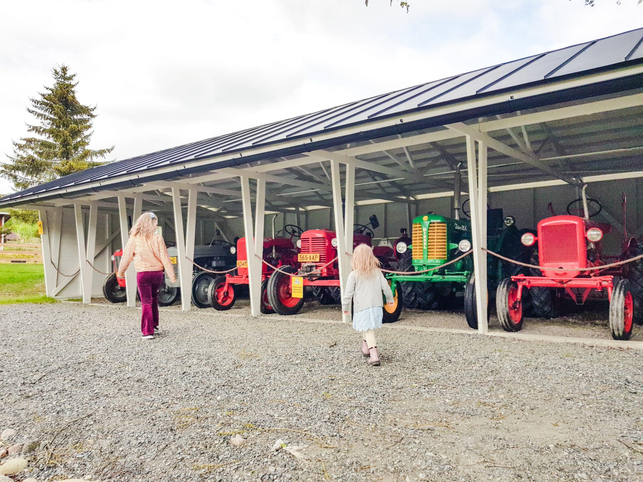 Traktorit Kuopion eläinpuistossa