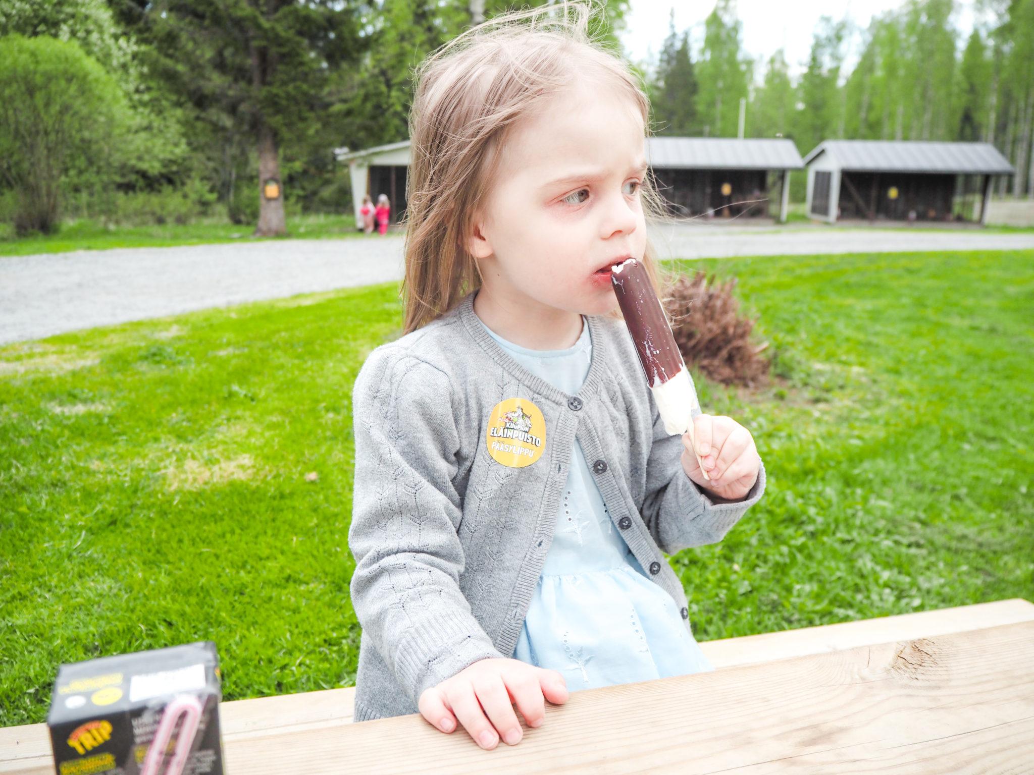 Jäätelöä Kuopion eläinpuistossa