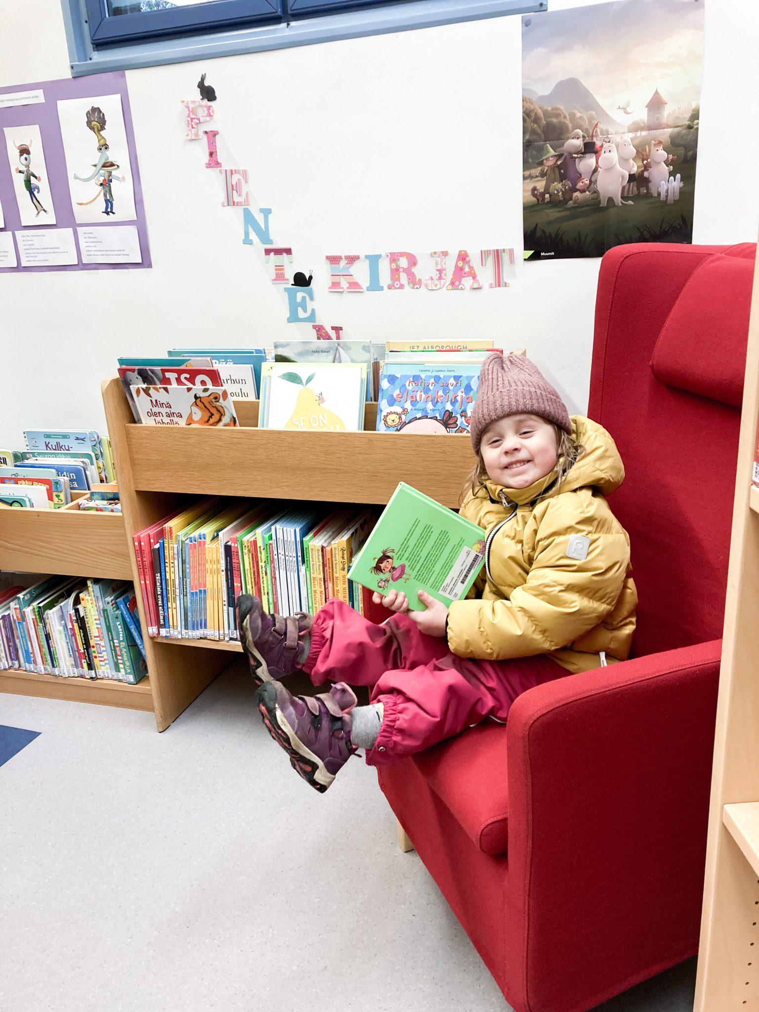 lapsi lainaamassa kirjoja