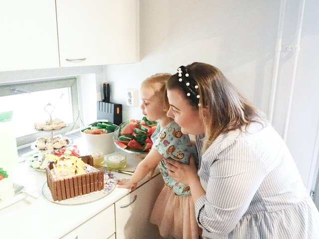 Ryhmä Hau synttäreille kakkua